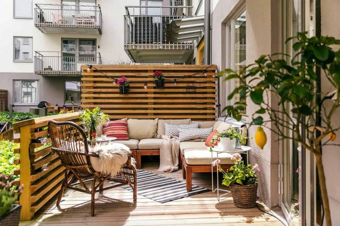 Decorate-Your-Balcony-for-Fall