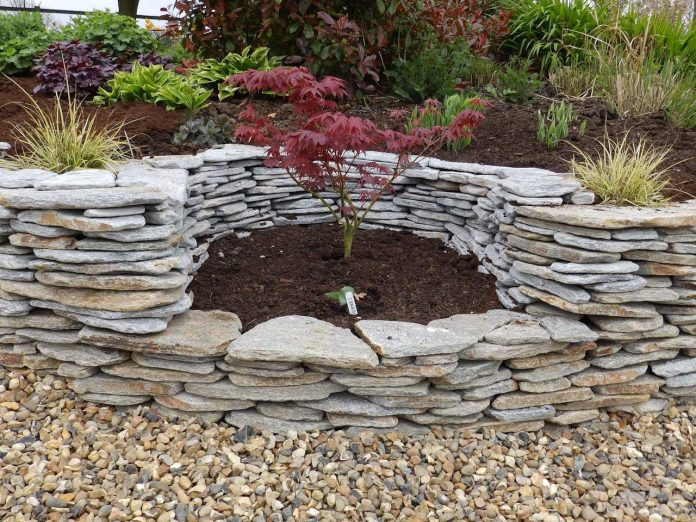 Natural-Borders-for-Raised-Plant-Beds